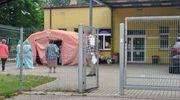 W poniedziałek rano pod oddziałem zakaźnym Ostródzkiego szpitala znowu pojawiła się kolejka osób czekających na badanie