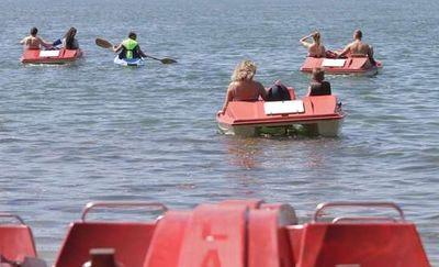 Wskoczyli do wody, bo ich rower wodny zaczął tonąć