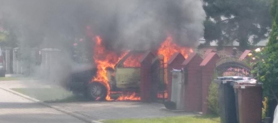 W niedzielę przed jednym z domów przy ulicy Wyczółkowskiego spłonął volkswagen golf