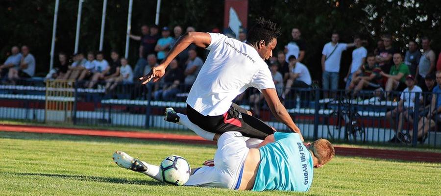 Junior Bah (Motor Lubawa, u góry) w walce o piłkę z rywalem z Delfina Rybno