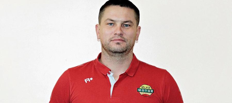 Krzysztof Malinowski trenerem piłki nożnej w Lubawie jest już od ponad 12 lat. Drużynę seniorów prowadzi natomiast od 28 września 2016, a jego debiutem była pucharowa potyczka z GKS-em Wikielec