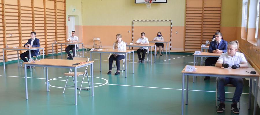 Uczniowie ze Szkoły Podstawowej im. Orła Białego w Brzoziu Lubawskim przed rozpoczęciem egzaminu