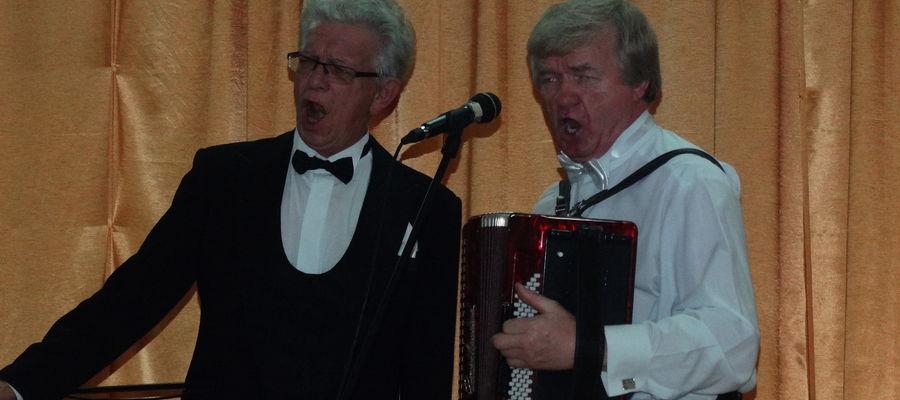 Kazimierz Kowalski (z lewej) podczas jednego z koncertów w Biskupcu
