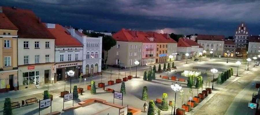 Wieczorna burza nad rynkiem w Bartoszycach.
