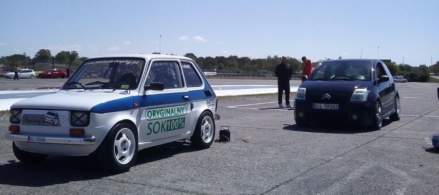 Dwa pojazdy grupy Lracing!, które startowały w Toruniu: Fiat 126p (650ccm, Klasa 1 do 2000ccm), oraz Citroen C2 VTS (klasa 2 do 2000ccm)