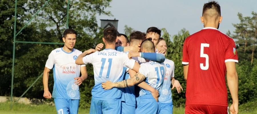 Piłkarze Unii Susz (tu akurat podczas meczu z GKS-em Wikielec) w rundzie wstępnej WPP 2020/21 zmierzą się na wyjeździe z Zamkiem Kurzętnik