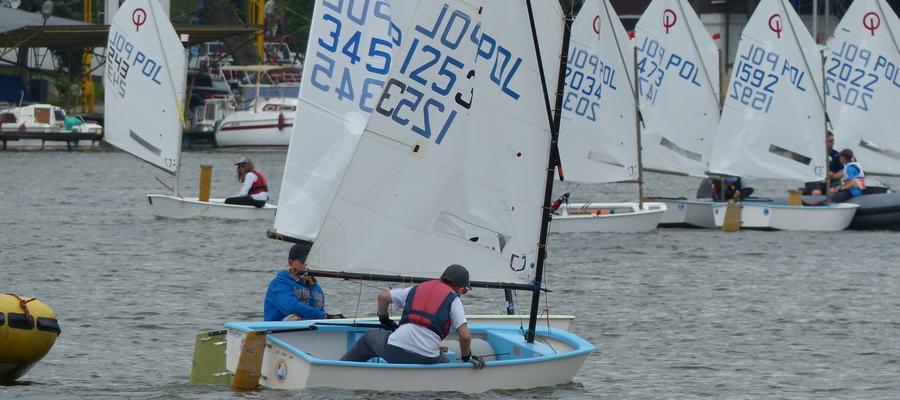 Regaty Pomarańczowe przewidziane są dla najmłodszych żeglarzy, trenujących w grupie B klasy Optimist