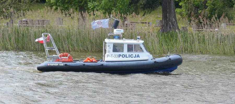 Policyjny patrol wodny na Jezioraku, w Iławie. W tym miejscu obowiązuje ograniczenie prędkości do 6 km/h