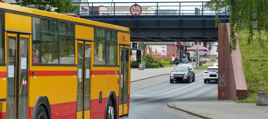 Zdjęcie ilustracyjne — autobus ZKM Iława wjeżdża pod wiadukt kolejowy przy ulicy Sobieskiego