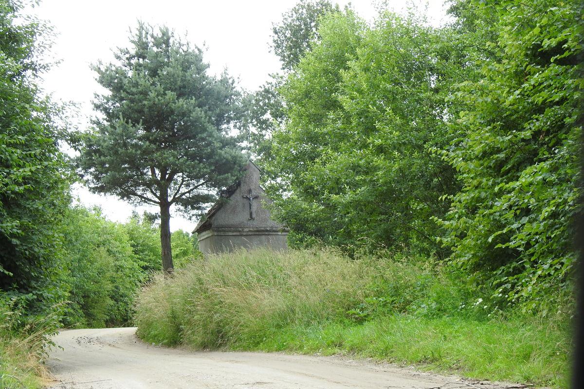 Kapliczka Unikowska (Die Glocksteiner Kapelle) stoi przy skrzyżowaniu drogi Bisztynek - Reszel z drogą wiodącą przez las do Unikowa i Wysokiej Dąbrowy.