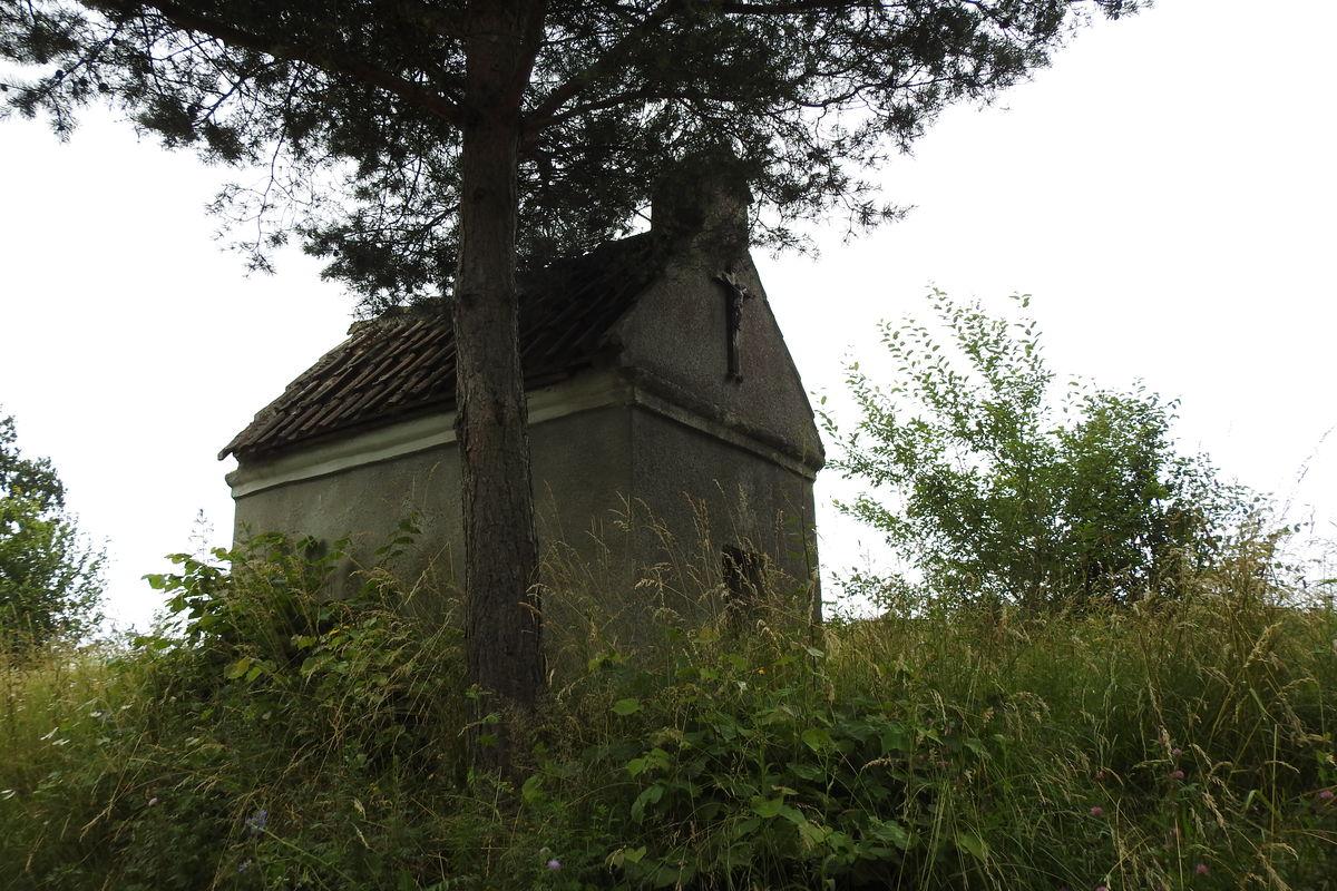 Kapliczka Unikowska (Die Glocksteiner Kapelle) stoi przy skrzyżowaniu drogi Bisztynek - Reszel z drogą wiodąca przez las do Unikowa i Wysokiej Dąbrowy.