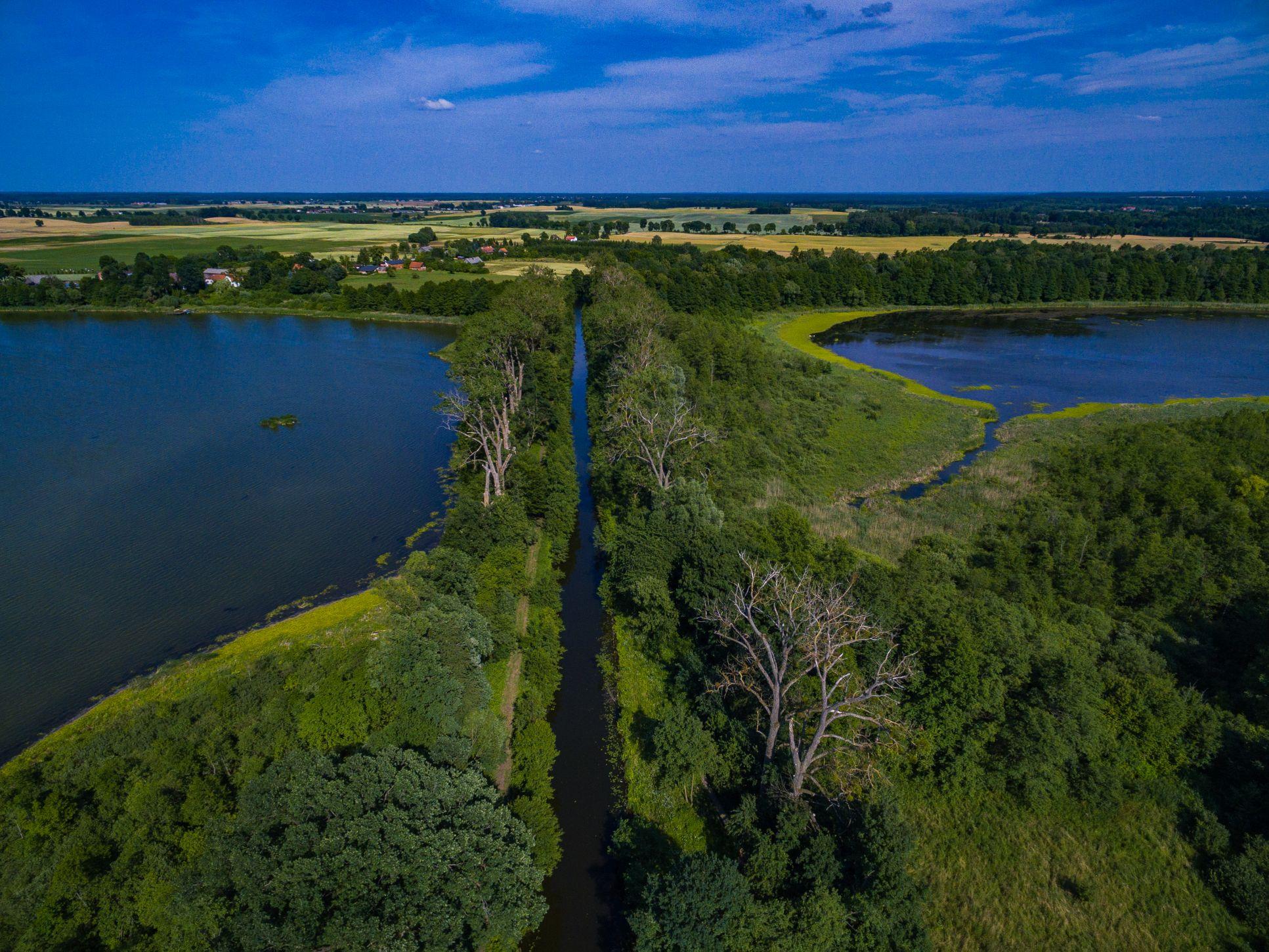 http://m.wm.pl/2020/07/orig/akwedukt-karnicki-nasyp-kanalu-elblaskiego-na-jeziorze-karnickim-638784.jpg