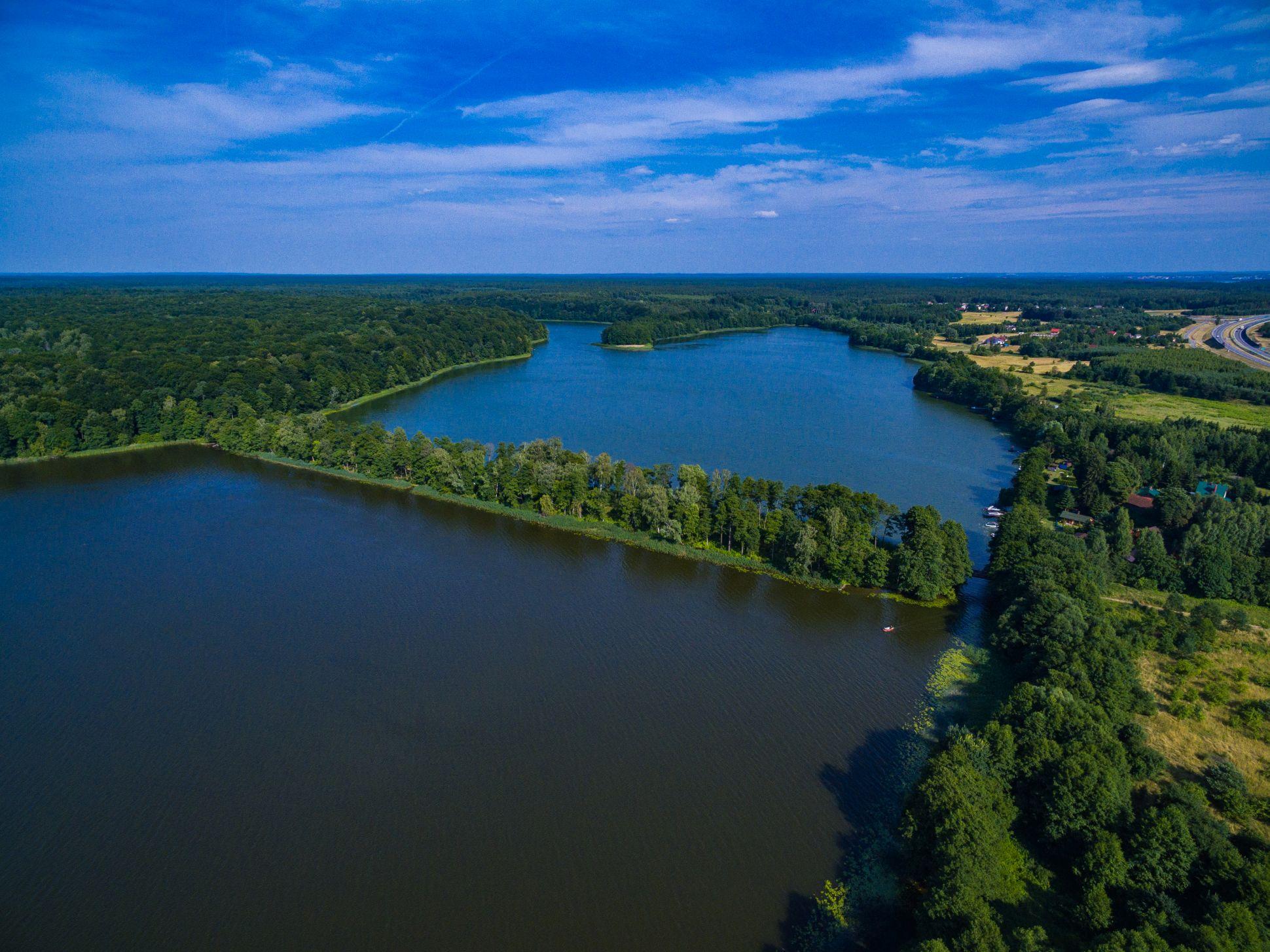 http://m.wm.pl/2020/07/orig/nasyp-dawnych-torow-kolejowych-na-jeziorze-ilinskim-638785.jpg