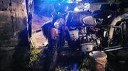 Bez uprawnień, bez kasku motocyklem przewoził dwóch pasażerów i uderzył w budynek