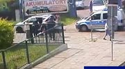 74-latek zasłabł w czasie jazdy autem. Z pomocą pospieszyli policjanci i współpasażerowie [VIDEO]