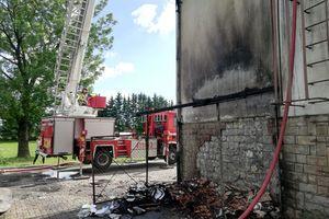 Zaczęło się od pożaru pojemników na śmieci, potem zajął się dach szkoły [ZDJĘCIA]