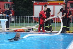 Strażacy ćwiczyli na basenie, a przy okazji przypominali o zasadach bezpieczeństwa nad wodą