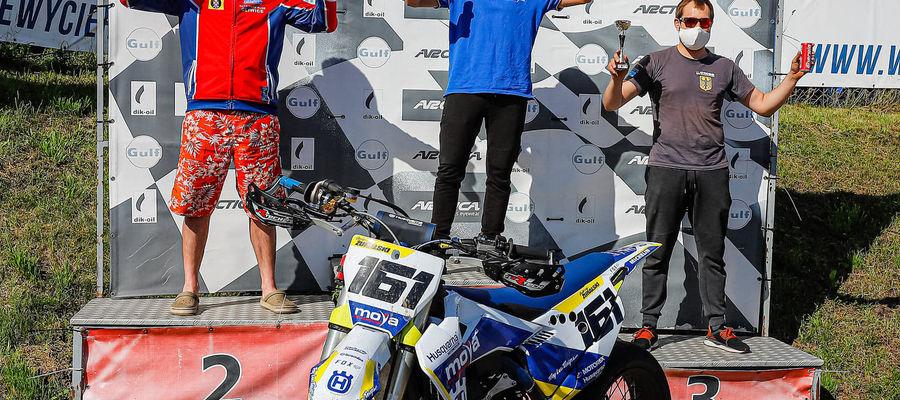 Jędrzej Żuralski (w środku) wygrał pierwszą rundę tegorocznych mistrzostw Polski w wyścigach supermoto