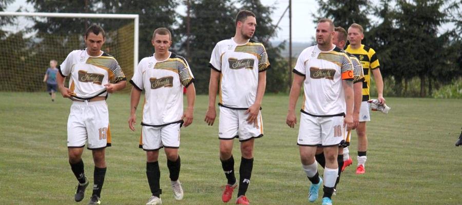 Piłkarze Osy Ząbrowo opuszczają boisko po jednym z meczów