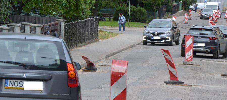Kierowcy na odcinku ulicy Jaracza w Ostródzie nie mają łatwego zadania