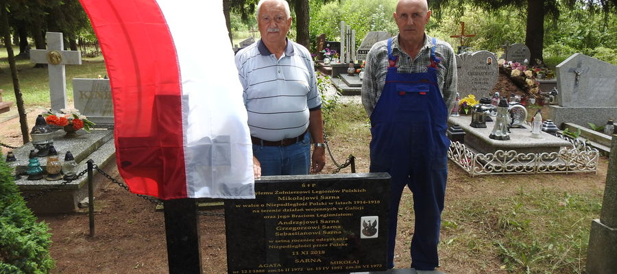Grobem dziadka opiekują się wnukowie: Roman Sarna i Jan Sarna.
