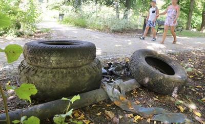 Śmieci z Łyny trafiły na brzeg. I leżą tam od czerwca