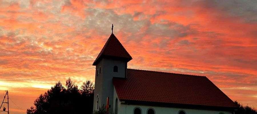 Zdjęcie Tygodnia nr 183. Kościół w Gałajnach o zachodzie słońca