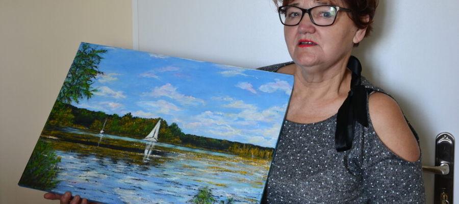 Jolanta Kuska podarowała Starostwu Powiatowemu w Iławie obraz, który przyniosła osobiście