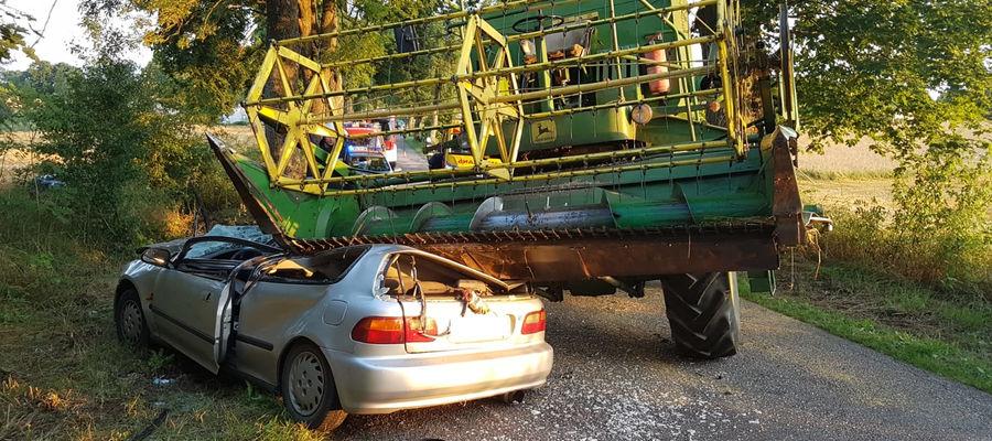 Samochód osobowy zatrzymał się pod hederem kombajnu