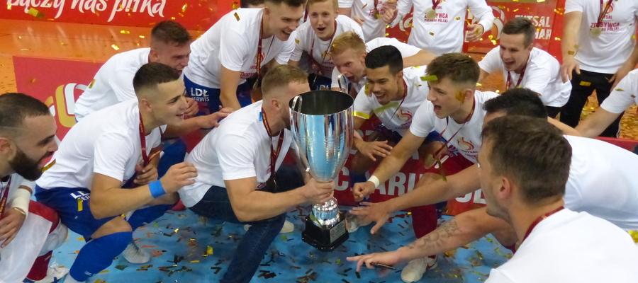 Dawid Grubalski (trener Constractu Lubawa) za chwilę wzniesie Puchar Polski w futsalu