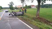 Uderzył samochodem w drzewo i dachował. Jedna osoba trafiła do szpitala
