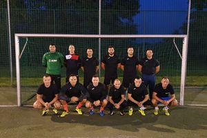 Mundurowi z pucharem Braniewskiej Amatorskiej Ligi Piłki Nożnej