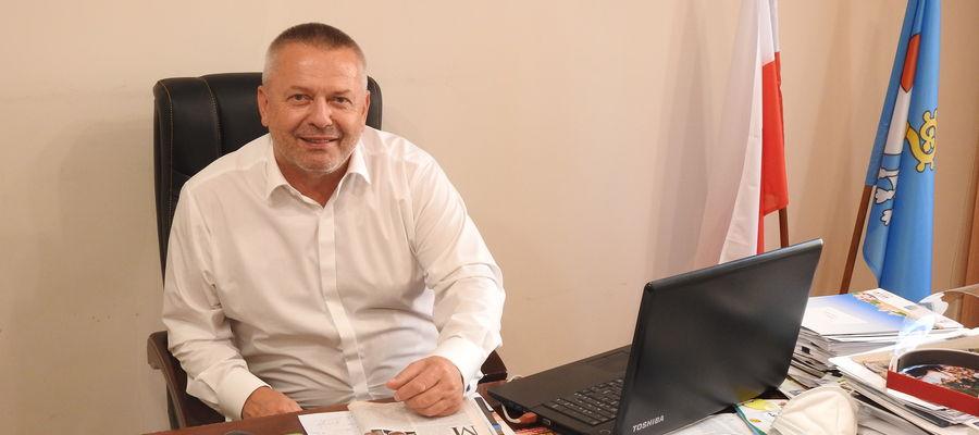Burmistrz Bisztynka Marek Dominiak w swym gabinecie.