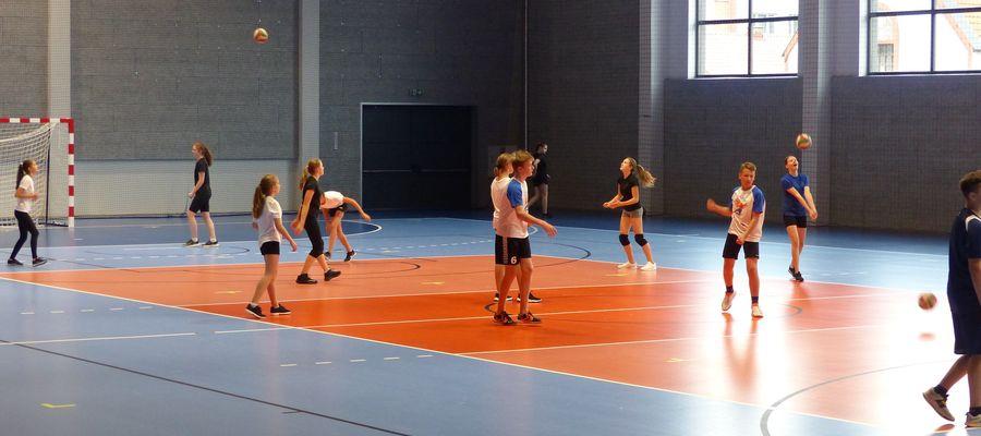 Lekcja wychowania fizycznego w nowej hali sportowej w Bartoszycach. Ćwiczą uczniowie SP nr 3