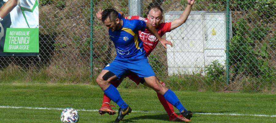Zdjęcie z poprzedniego meczu GKS-u z KS Kutno, o piłkę walczy Mateusz Jajkowski (GKS, czerwona koszulka)