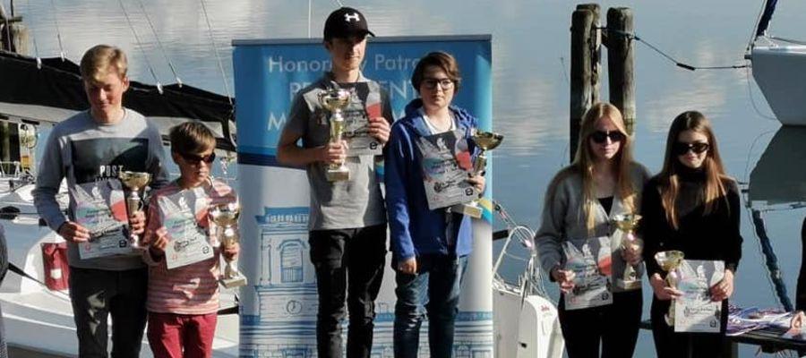 Krzysztof Kołakowski (z lewej) i Bartosz Kuliś na drugim stopniu podium Pucharu Polski klasy Cadet