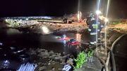 Strażacy wypompowywali wodę z podtopionego gospodarstwa