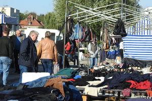 Targowisko miejskie znów pełne straganów i klientów robiących zakupy