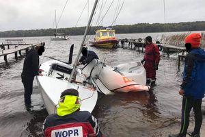 Wypadek na Jezioraku. Trzech załogantów w wodzie
