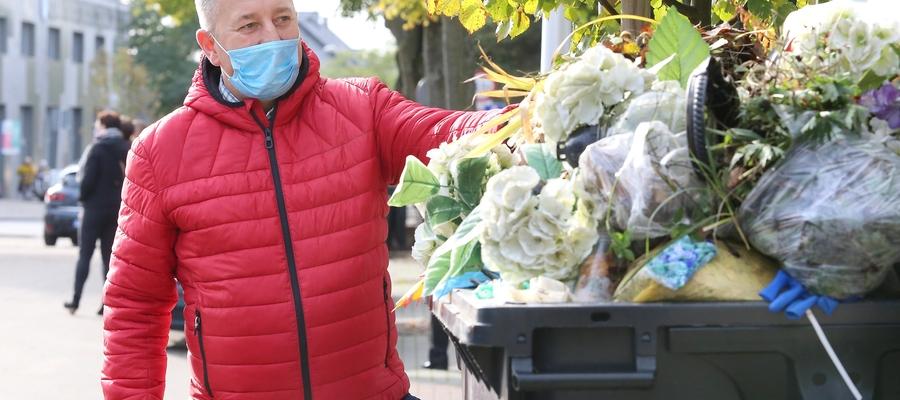 Zbigniew Kot zachęca, żeby przynosić na cmentarze jak najmniej rzeczy, które później będzie trzeba wyrzucić
