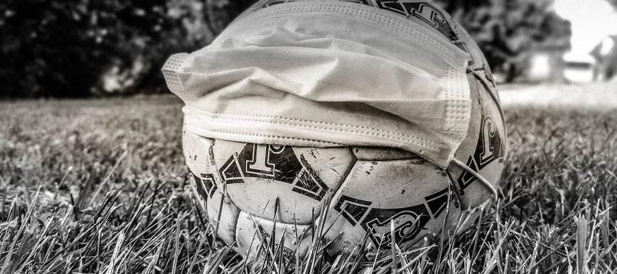 Piłka nożna z maseczką - Covid-19 znowu krzyżuje plany sportowcom