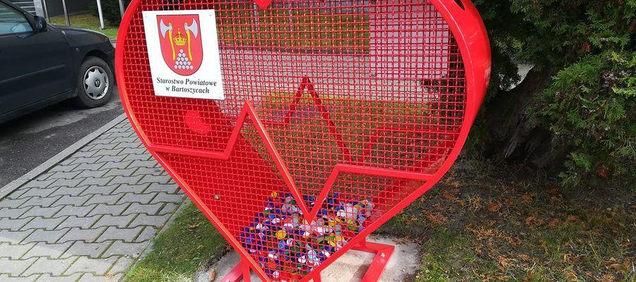 Pojemnik na plastikowe nakrętki stojący przy Starostwie Powiatowym w Bartoszycach