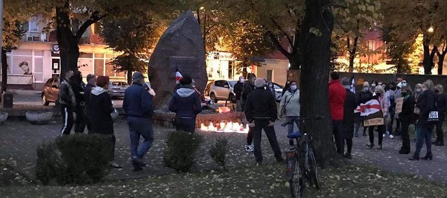 Uczestnicy protestu w Giżycku na pl. Grunwaldzkim