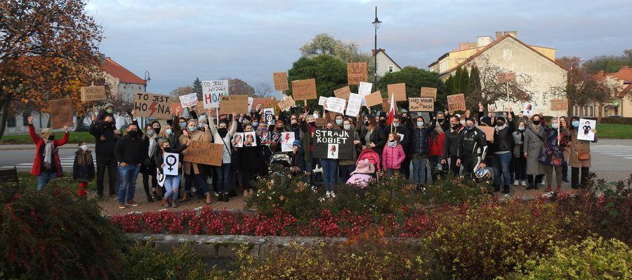 Zbiorowe zdjęcie części uczestników protestu w Bisztynku.