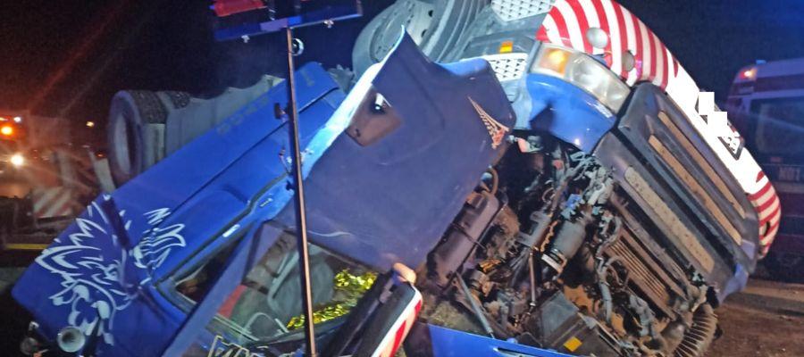 Ciężarówka przewróciła się, a w kabinie zakleszczony został 21-letni kierowca
