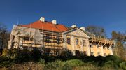 Trwa remont pałacu biskupów warmińskich w Smolajnach [ZDJĘCIA]