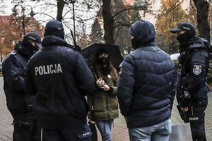 Protest kobiet w Elblągu: To do was, panowie policjanci [ZDJĘCIA]