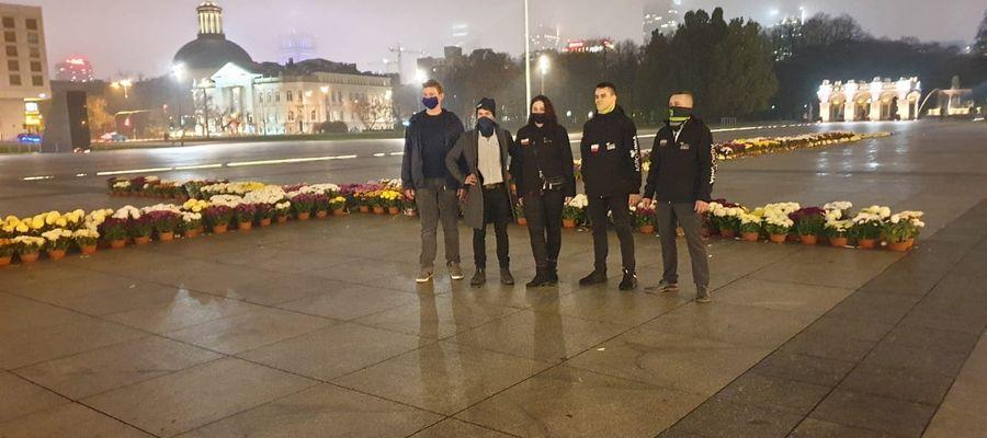 Nasi rolnicy rozstawiali chryzantemy w Warszawie, towarzyszył im Michał Kołodziejczyk, lider Agrounii