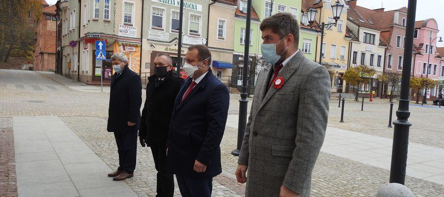 Delegacja samorządów składa wiązankę kwiatów pod tablica marszałka Józefa Piłsudskiego