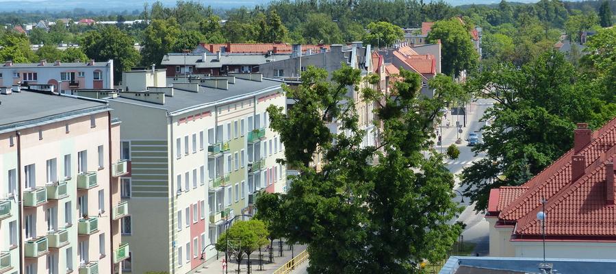 Widok z wieży ratuszowej na ulicę Niepodległości w Iławie